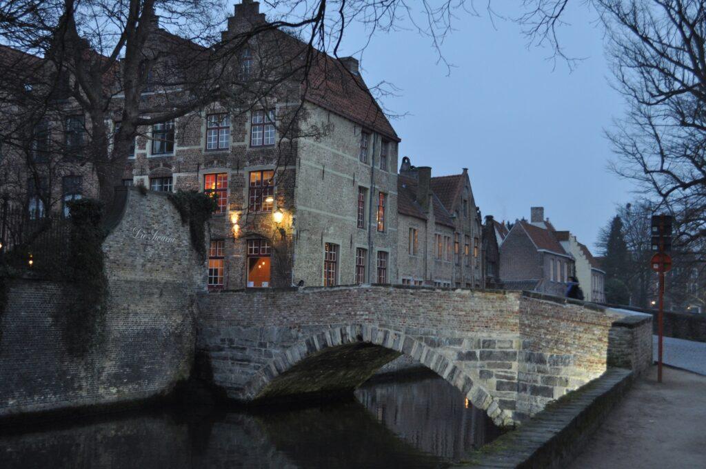 Brugge látnivalók: hajókázás a csatornákon