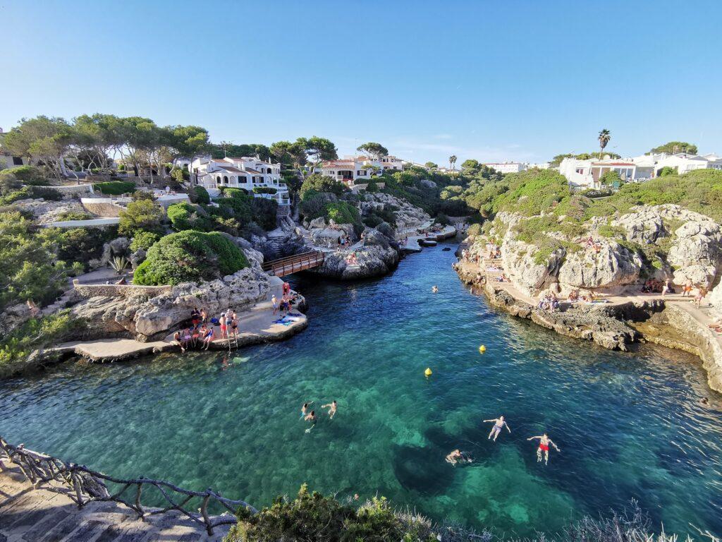 Menorca látnivalók: Los Delphines sziklái